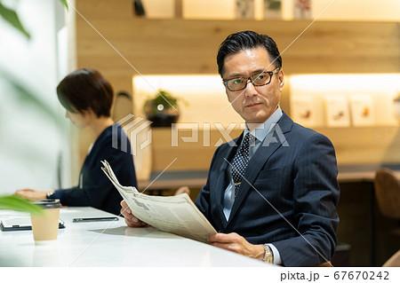ビジネスマン オフィス ミドル男性 67670242