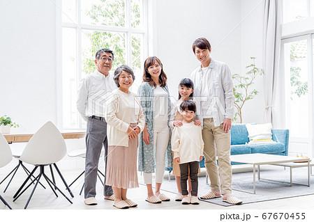 三世代家族、リビング、マイホーム 67670455