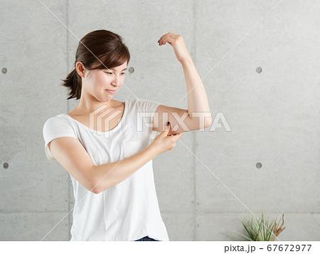 二の腕のたるみについて悩む日本人女性 67672977