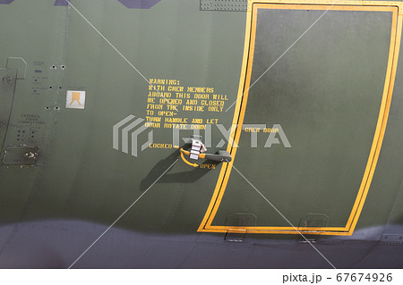 C-130輸送機のドアに書かれたステンシルの注意書き 67674926