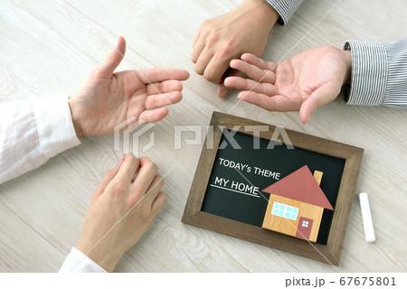 マイホーム・住宅ローンに関して話し合う夫婦 67675801