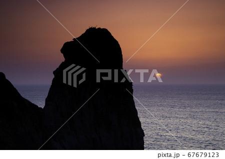 長崎県壱岐市にある猿岩での夕焼け 67679123