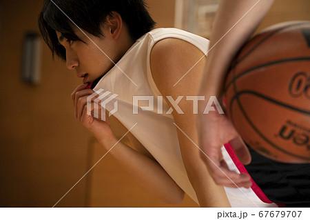 バスケをする男性 67679707