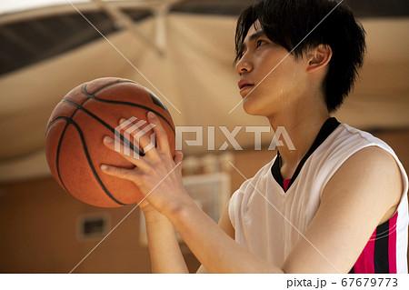 バスケをする男性 67679773