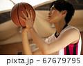 バスケをする男性 67679795