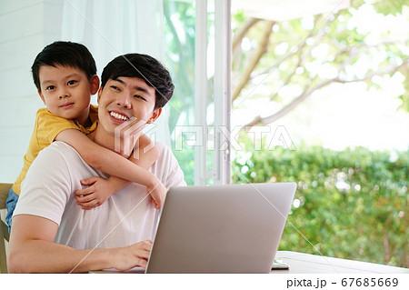 若いお父さんの肩に乗れて喜ぶ男の子 67685669