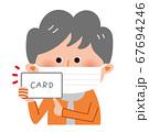 マスクを着けてカードを持ったシニア女性 67694246