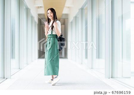大学の廊下を歩く女の子 67696159