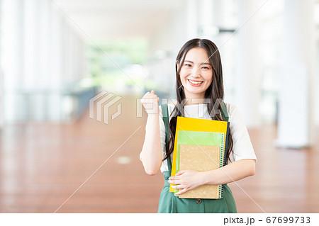 キャンパスの大学生 67699733