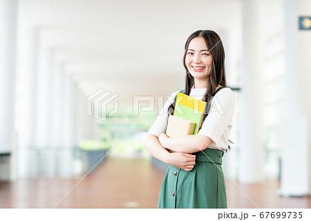 キャンパスの大学生 67699735