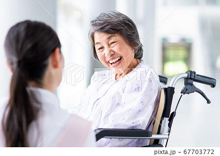 介護施設のシニアの女性と介護士  67703772