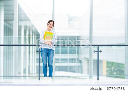 キャンパスの大学生 67704788