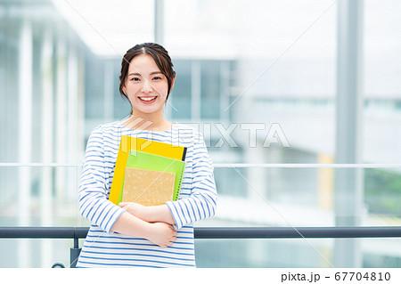 キャンパスの大学生 67704810