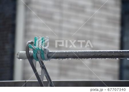 雨に打たれた洗濯ばさみと物干し竿 67707340
