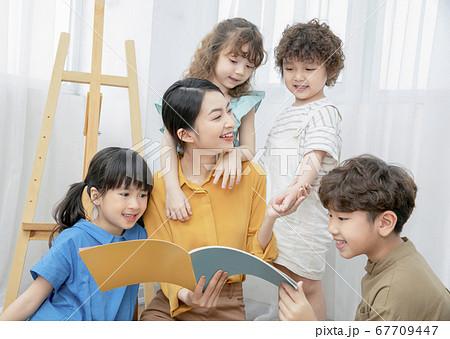 子供 絵本を読む 67709447