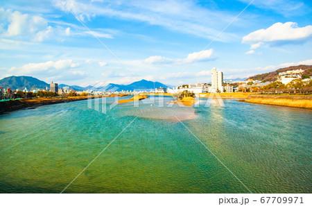 広島市街地・太田川の遠景風景です。シジミ漁の人が見えます。明るい市街地風景の背景にどうぞ。 67709971