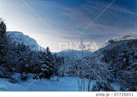 行者小屋下から見る夜明けの八ヶ岳・赤岳と阿弥陀岳 67726051