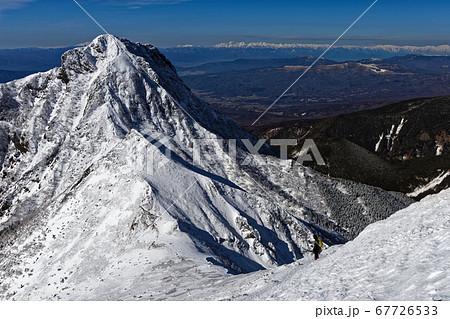 八ヶ岳連峰・赤岳稜線を行く登山者と阿弥陀岳・北アルプスの眺め 67726533