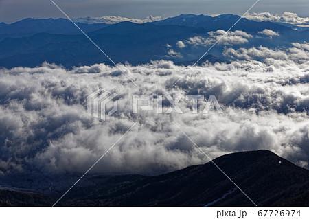 八ヶ岳連峰・赤岳稜線から見る雲海と奥秩父の山並み 67726974