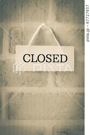 CLOSEDの看板 閉店 休業 廃業 クローズド 67727657