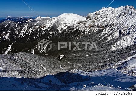 八ヶ岳連峰・中岳稜線から見る横岳・硫黄岳と行者小屋 67728665