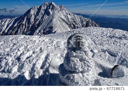 八ヶ岳連峰・阿弥陀岳山頂の石仏と赤岳の眺め 67728671