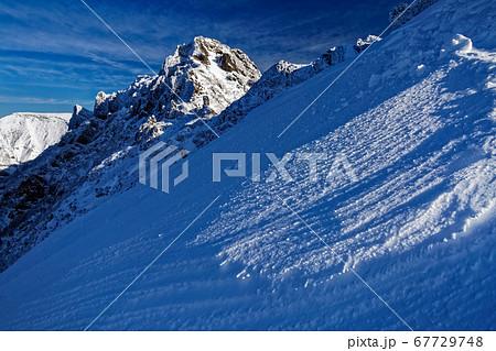 八ヶ岳連峰・地蔵尾根上部から見る横岳・硫黄岳 67729748