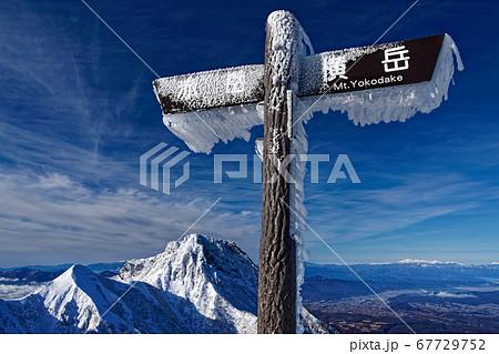 八ヶ岳連峰・赤岳稜線 地蔵尾根分岐から見る阿弥陀岳 67729752
