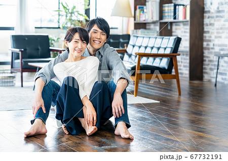 夫婦 カップル 家族 リビング ライフスタイル カジュアル 67732191