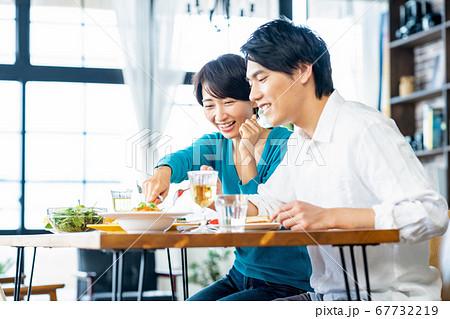 夫婦 食事 ランチ カップル 家族 リビング ライフスタイル カジュアル 67732219