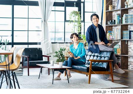 夫婦 カップル 家族 リビング ライフスタイル カジュアル 67732264