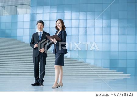 ビジネスマン 働く女性  67738323