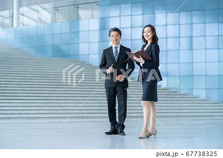 ビジネスマン 働く女性  67738325