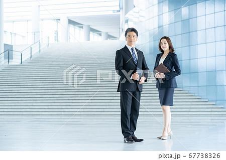 ビジネスマン 働く女性  67738326