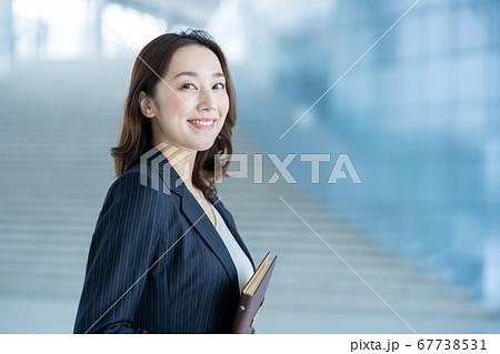 働く女性 ビジネスウーマン 女性ビジネスマン 67738531