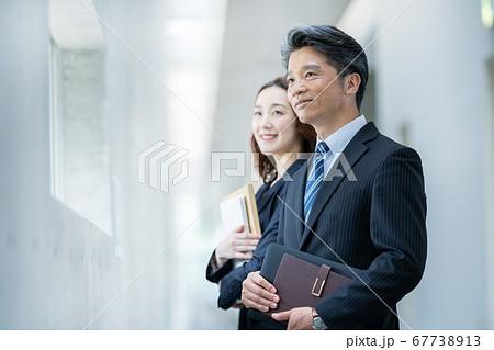 ビジネスマン 働く女性  67738913