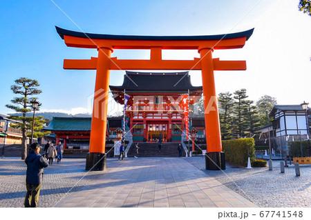 伏見稲荷大社・京都 素晴らしい朝の一の鳥居と楼門 67741548