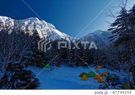八ヶ岳連峰・行者小屋のテント場と赤岳の眺め 67744254