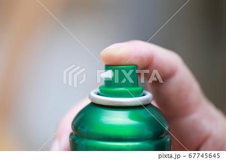 スプレー缶を噴射するシニアの指 67745645