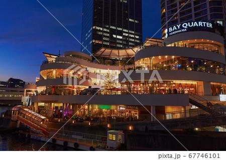 クリスマス時期の横浜駅東口側の夕景 67746101
