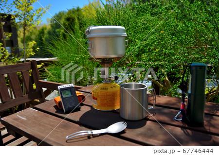 キャンプのイメージ・ガスコンロとラジオとマグカップと電池ランタンと折り畳みチタンスプーン(2) 67746444