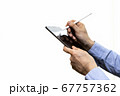 タブレットとスタイラスペンを使う男性 67757362