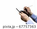 タブレットとスタイラスペンを使う男性 67757363