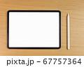 机の上のタブレットとスタイラスペンのモックアップ 67757364