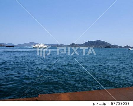 瀬戸内海の交通 大崎上島の木江港から見える四国行きのフェリーと竹原行きの高速船 67758053