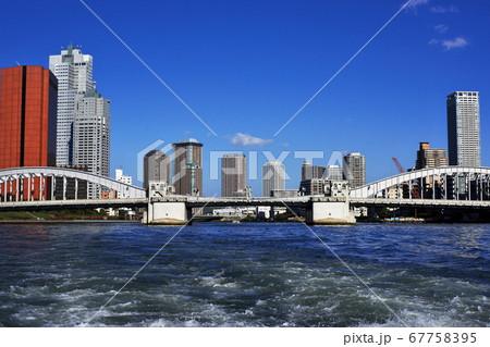 隅田川の遊覧船から見た東京の風景 67758395