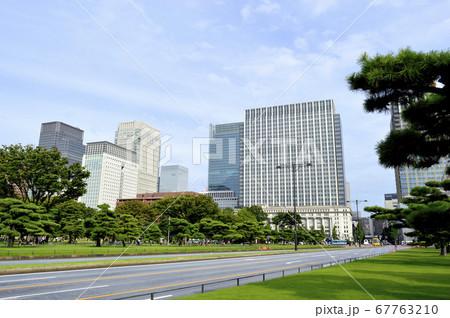 東京皇居外苑から眺める大手町ビル群 67763210