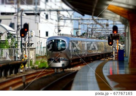 ミニチュアジオラマ風写真 飯能駅に入る西武新型特急ラビュー 67767165