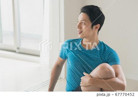 ヨガをする日本人男性イメージ 67770452