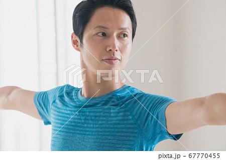 ヨガをする日本人男性イメージ 67770455